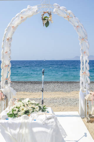 Kipriotis_Weddings_Arch_by_the_sea